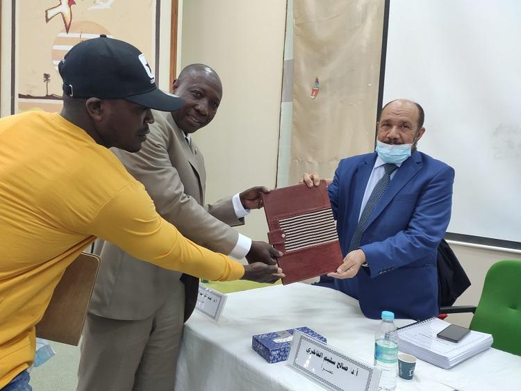 اهداء هدية رمزية لرئيس اللجنة التسييرية لجمعية الدعوة الإسلامية العالمية